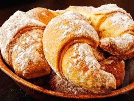 Маслени кифлички с локум, пудра захар и свинска мас (със сода, без мая, без втасване) - снимка на рецептата
